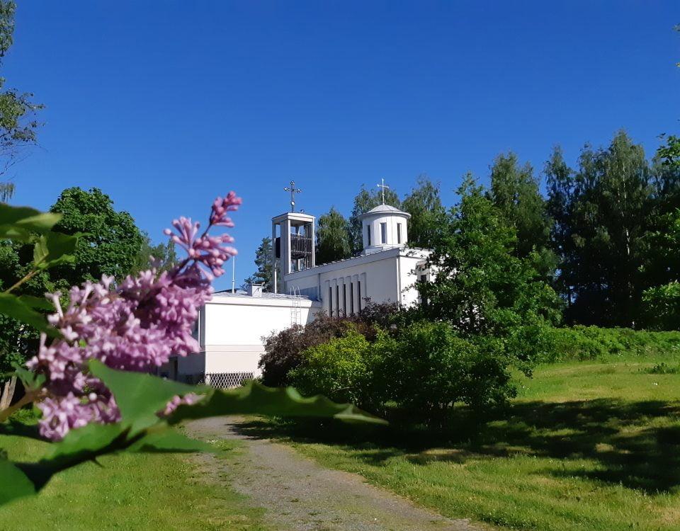 Lintulan kirkko syreenien kukkiessa